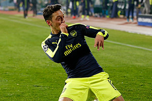 Magia de Ozil coloca Arsenal nos oitavos de final.