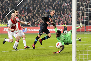 Ajax e PSV empatam no último jogo do ano e distanciam-se do 1º lugar.